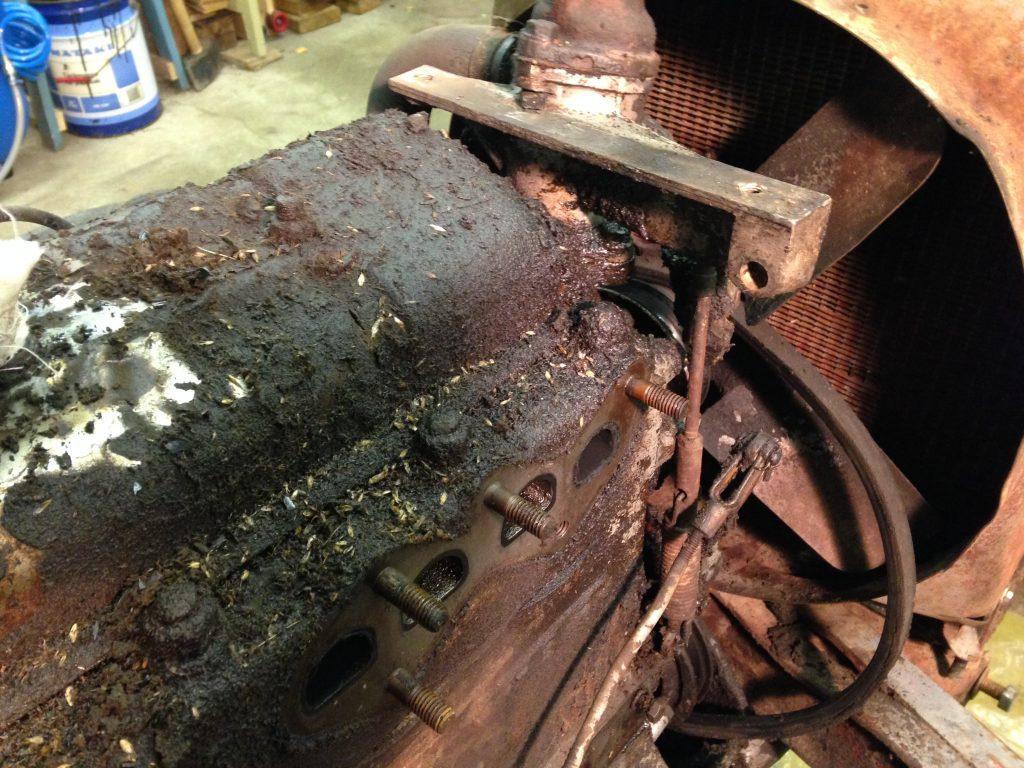 Hela traktorn var skitig men mest satt det på och runt motorn.