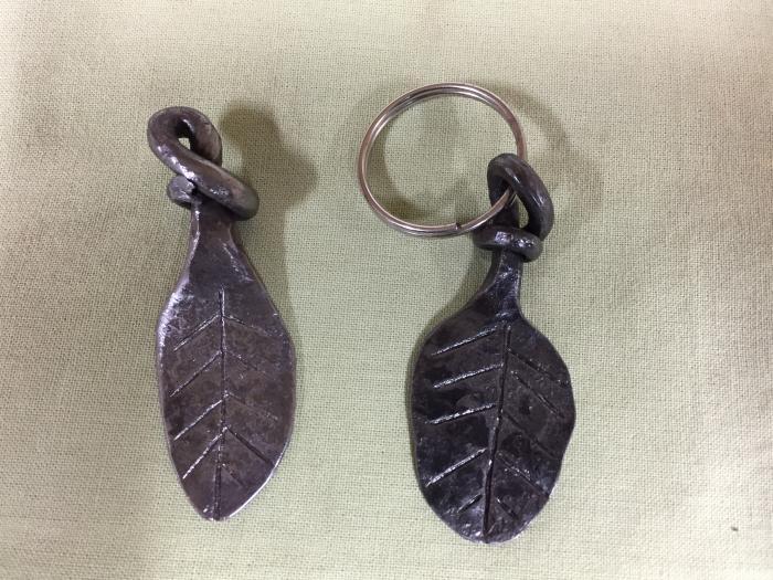 Lövformade nyckelringar